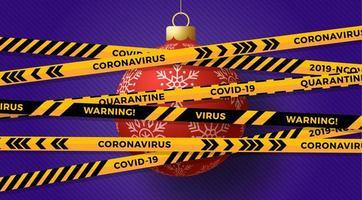 rode kerstbal bedekt met waarschuwingsband voor coronavirus