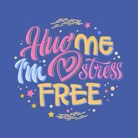 knuffel me ik ben stressvrij - hand getrokken belettering zin. kleurrijke offerte voor geestelijke gezondheidszorg. vector