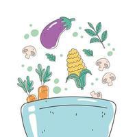 gezonde etenskom met aubergine, maïs, wortelen en biologische paddenstoelvoeding