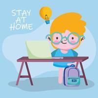 onderwijs online, studentenjongen die met computer in bureau en rugzak studeert vector
