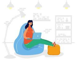 jonge vrouw vrouwelijke werken in laptop zittend in de bank