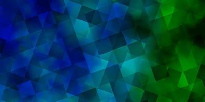 lichtblauwe, groene vectorachtergrond met driehoeken, rechthoeken.
