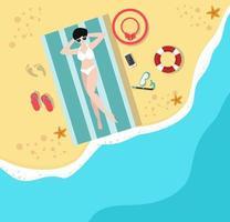 vrouw ontspannen op vakantie strand in een bovenaanzicht vector