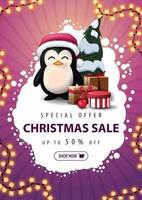 speciale aanbieding, kerstuitverkoop, tot 50 korting, verticale roze kortingsbanner met abstracte witte wolk, slinger, knop en pinguïn in kerstmuts met cadeautjes