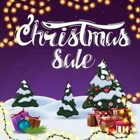 kerstuitverkoop, vierkante paarse kortingsbanner met cartoon winterlandschap, slinger en kerstboom in een pot met geschenken