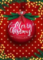 prettige kerstdagen en gelukkig nieuwjaar, rode ansichtkaart met grote kerstbal met belettering, slinger, polka dot textuur, kerstboom en rode strik
