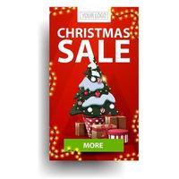 Kerstverkoop, rode verticale korting met groene knop en kerstboom in een pot met geschenken geïsoleerd op een witte achtergrond