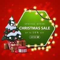 speciale aanbieding, kerstuitverkoop, tot 50 korting, vierkante rode en groene banner met zeshoekig teken gewikkelde slinger en kerstboom in een pot met geschenken