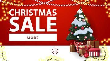 kerstuitverkoop, rode en witte kortingsbanner met slingers en kerstboom in een pot met geschenken bij de muur