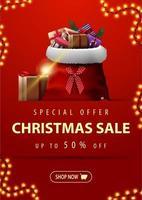 speciale aanbieding, kerstuitverkoop, tot 50 korting, verticale rode kortingsbanner met slinger, knop en kerstmanzak met cadeautjes