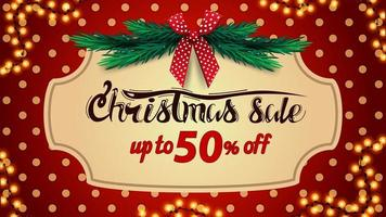Kerstuitverkoop, tot 50 korting, rode kortingsbanner met polka dot-textuur op achtergrond, vintage frame, kerstboomtakken en rode strik