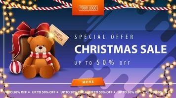 speciale aanbieding, kerstuitverkoop, tot 50 korting, horizontale blauwe kortingsbanner met slingers, knoop en teddybeer met cadeau vector