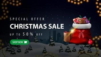 speciale aanbieding, kerstuitverkoop, tot 50 korting, mooie kortingsbanner met nachtwinterlandschap, silhouetstad op horizontaal en kerstman met cadeautjes
