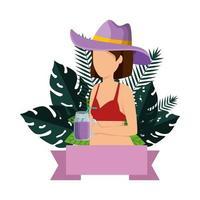 mooie vrouw met zwembroek en cocktail