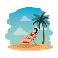 mooie vrouw met zwembroek zittend in de strandstoel op het strand