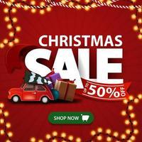 kerstuitverkoop, rode kortingsbanner met grote letters met rood lint met groene knop en rode vintage auto met kerstboom
