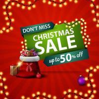 mis niet, kerstuitverkoop, vierkante rode kortingsbanner met kerstmanzak met cadeautjes