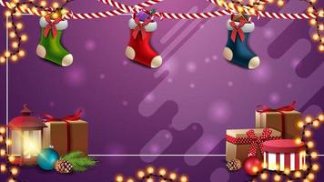 paarse kerstsjabloon voor uw kunsten met slingers, kerstsokken, cadeautjes en vintage lantaarn vector