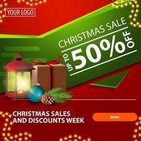 kerstuitverkoop, tot 50 korting, rode en groene, heldere moderne webbanner met knop, cadeau, vintage lantaarn, kerstboomtak met een kegel en een kerstbal