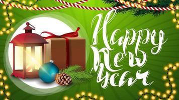 gelukkig nieuwjaar, groene horizontale wenskaart met mooie letters, slinger, cadeau, vintage lantaarn, kerstboomtak met een kegel en een kerstbal