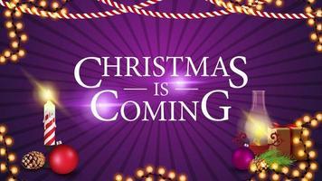 kerstmis komt eraan, paarse banner voor website met cadeau, antieke lamp, kerstboomtak, kegel, kerstbal vector