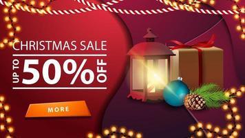 kerstuitverkoop, tot 50 korting, paarse banner in materiaalontwerpstijl met slinger, cadeau, vintage lantaarn, kerstboomtak met een kegel en een kerstbal
