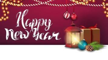 gelukkig nieuwjaar, paarse horizontale wenskaart met mooie letters, kerstdecor, cadeau, vintage lantaarn, kerstboomtak met een kegel en een kerstbal