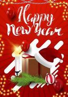 gelukkig nieuwjaar, rode verticale wenskaart voor uw creativiteit met cadeau met kerstman hoed, kaarsen, kerstboomtak en kerstbal