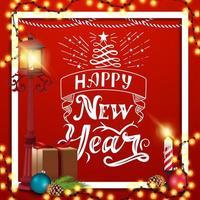 gelukkig nieuwjaar, rode wenskaart met mooie letters, paallantaarn, cadeau, kerstboomtak met een kegel en een kerstbal