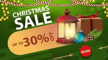 kerstuitverkoop, tot 30 korting, groene kortingsbanner met slinger, knop, cadeau, vintage lantaarn en kerstboomtak