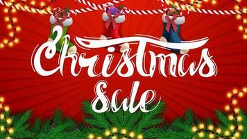 kerstuitverkoop, mooie rode kortingsbanner met kerstboomtakken, slingers en kerstsokken