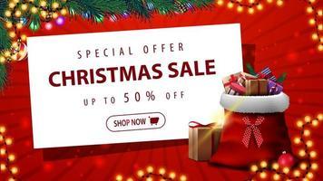 speciale aanbieding, kerstuitverkoop, tot 50 korting, rode kortingsbanner met slinger, kerstboom, wit vel papier en kerstmanzak met cadeautjes