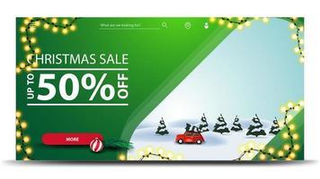 kerstuitverkoop, tot 50 korting, groene kortingsbanner met slinger, knop en cartoon winterlandschap met rode vintage auto met kerstboom