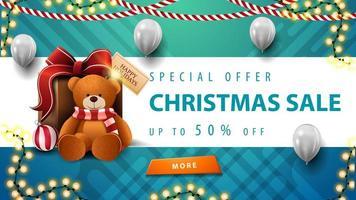 speciale aanbieding, kerstuitverkoop, tot 50 korting, mooie blauwe en witte kortingsbanner met slingers, witte ballonnen, knop en cadeau met teddybeer