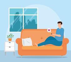 campagne thuis blijven met man in de woonkamer chatten op de smartphone