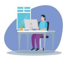 vrouw thuis werken op de computer