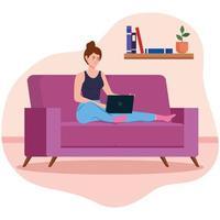vrouw die met een laptop op de bank werkt vector
