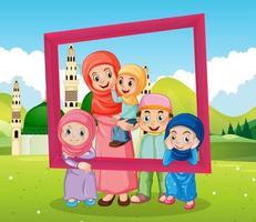 gelukkige familie fotolijst met moskee op de achtergrond houden