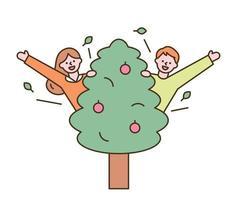schattige jongen en meisje springen uit de boom en begroeten.