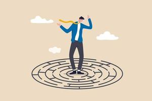 verwarde zakenman die midden in doolhoflabyrint de uitgang of de uitweg vindt vector