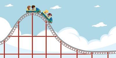 kinderen rijden achtbaan met hemelachtergrond vector