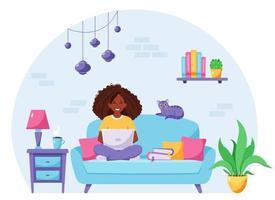 zwarte vrouw zittend op een bank en die op laptop werkt. freelancer, thuiskantoorconcept. vector illustratie