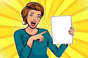 Cartoon vrouw verwijst naar een lege sjabloon. Vectorillustratie in pop-art retro komische stijl. Adverteren poster, flyer te koop. vector