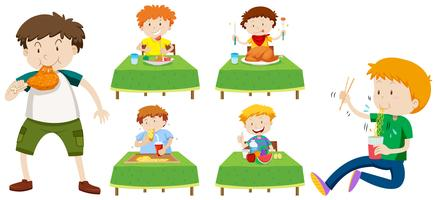 Jongens eten ander voedsel op tafels