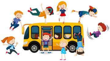 Jonge kinderen en schoolbus vector
