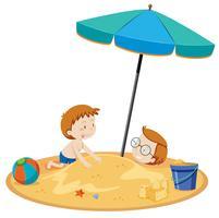 Zoon en vader spelen op het strand