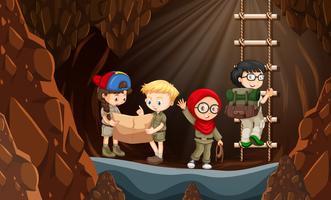Scouts die de grot verkennen