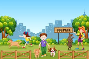 Mensen en hond op hondenpark