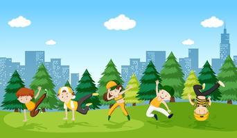 Stedelijke jongensstraatdans in het park vector