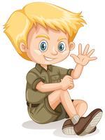 Een jonge blonde padvinder